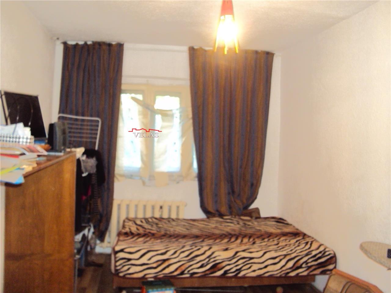 Apartament parter stradal, decomandat , liber, str Cuza Voda